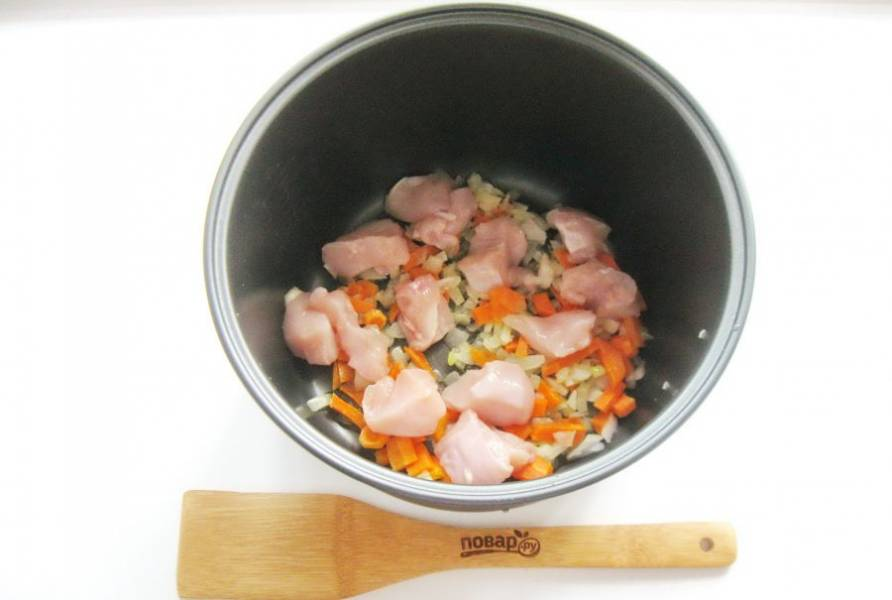 Выложите нарезанное куриное филе.