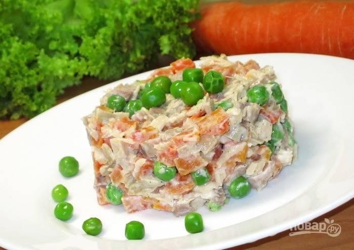 Салат из куриного мяса с морковью и зеленым горошком