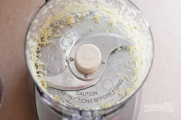 1. Очистите и измельчите чеснок с имбирем.
