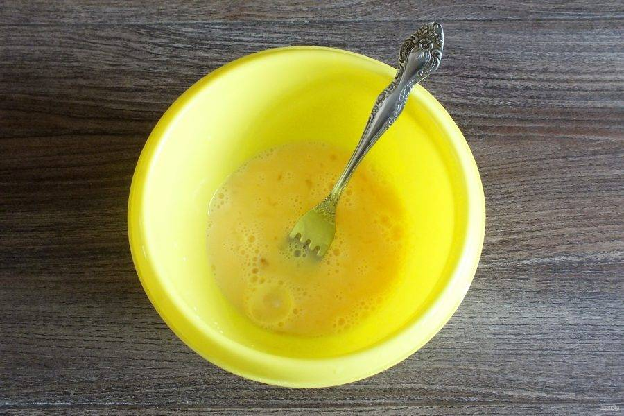 В чаше взбейте вилкой яйцо, молоко и соль.