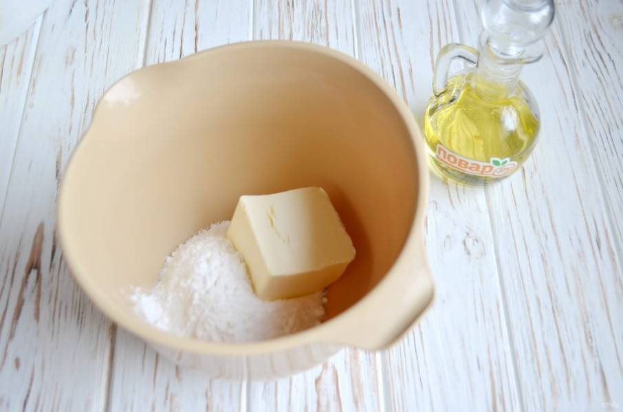 Сахарную пудру с маслом взбейте миксером до кремообразного состояния. Если масло недостаточно мягкое, поставьте его в микроволновку на 15 секунд. Потом вбейте. Добавьте яйцо и мед, еще раз хорошо взбейте.