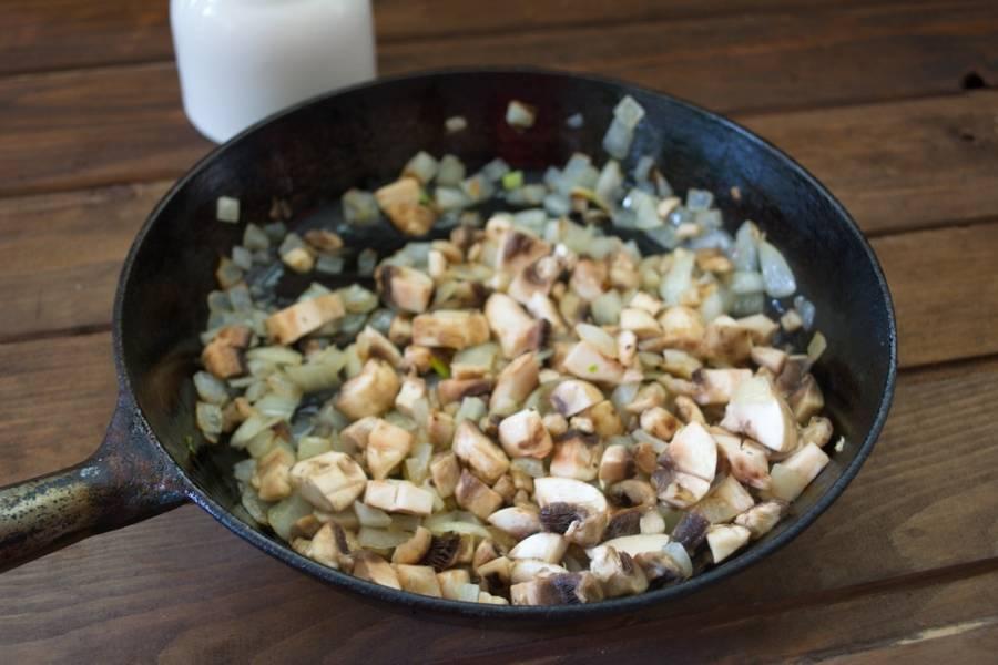 На растительном масле обжариваем лук и грибы.