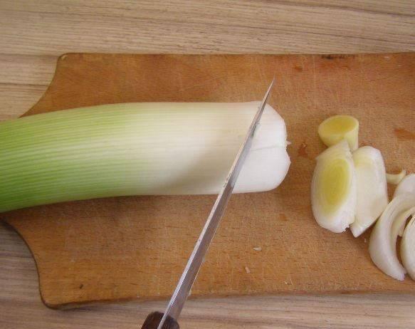 Нарежьте лук-порей тонкими кружочками.