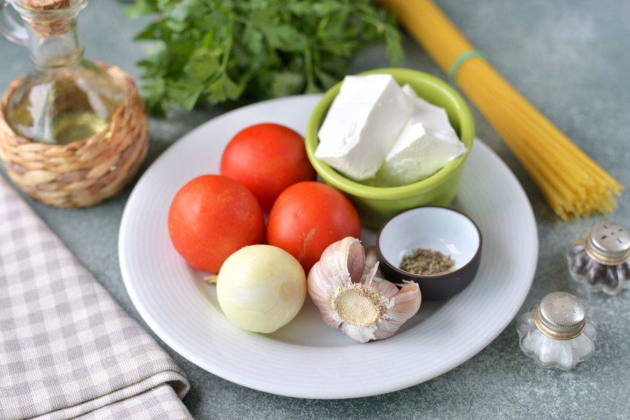 Подготовьте все необходимые ингредиенты. Лук и чеснок почистите, помойте вместе с петрушкой и помидорами, вытрите насухо бумажными полотенцами.