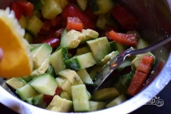 Сразу же добавим оливковое масло, соль, перец и лимонный сок. Перемешаем.