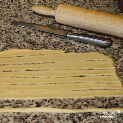 Оставшийся кусок теста тонко раскатываем и разрезаем на длинные полоски.