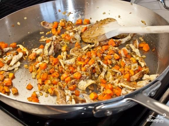 4. Добавьте щепотку тимьяна и выложите грибы. Посолите и поперчите по вкусу. Жарьте на среднем огне до готовности.