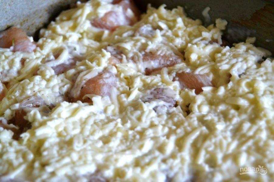 5.Полученную массу выложите поверх куриного мясо в форму равномерным слоем.