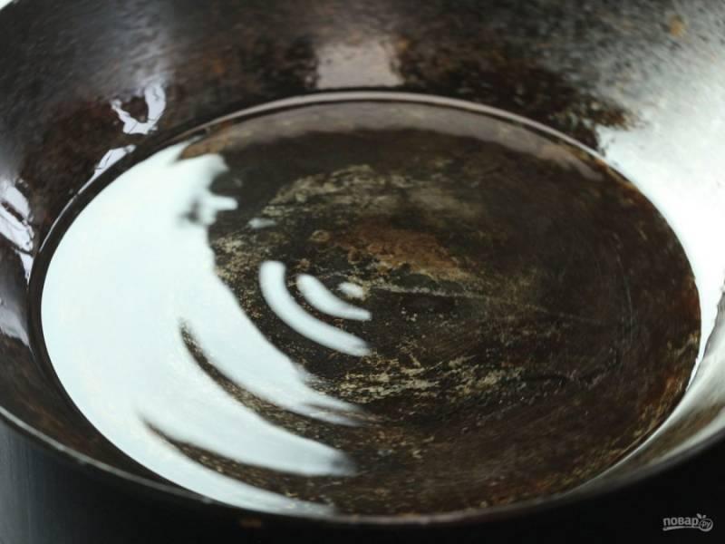 3.В сковороду налейте небольшое количество растительного масла и хорошенько разогрейте.