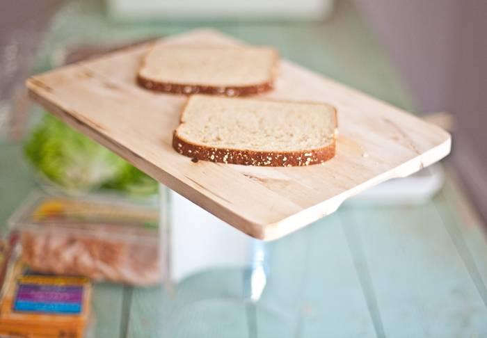 Для одного бутерброда нам понадобится два ломтика хлеба.