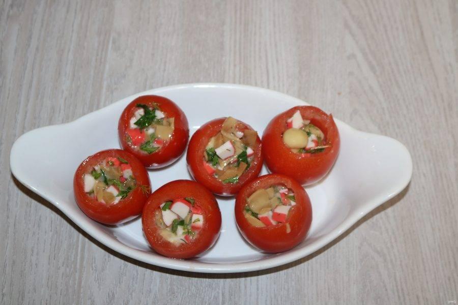 Нафаршируйте помидоры начинкой.