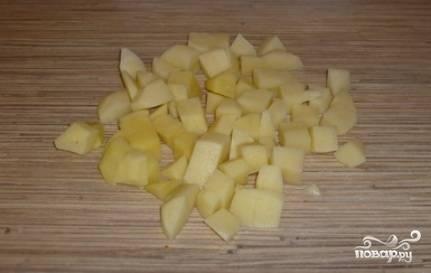 Чистим картошку, моем и нарезаем небольшими кубиками.