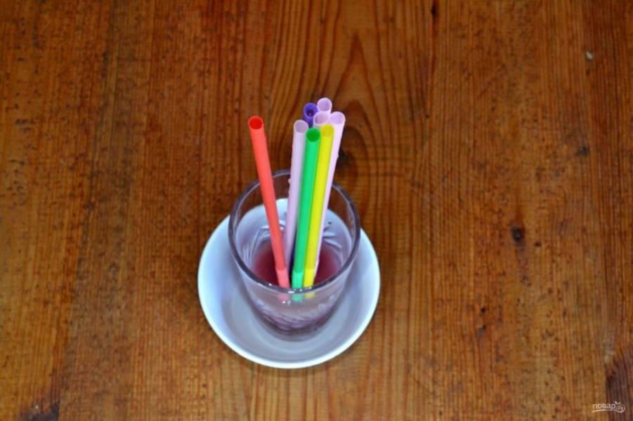 Аккуратно наполните ягодной основой соломинки. Уберите в холодильник на 2-3 часа.