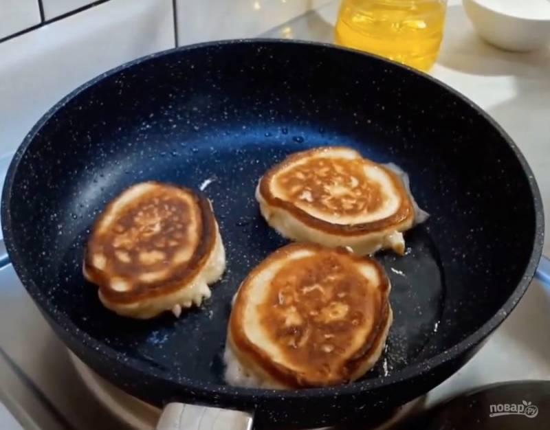 На хорошо разогретую с растительным маслом сковороду выкладываем ложкой тесто. Как только оладьи подрумянятся с одной стороны, переверните их и поджарьте с другой. Если боитесь, что не пропекутся, после того, как перевернете, накройте крышкой. Вот и все, приятного аппетита!