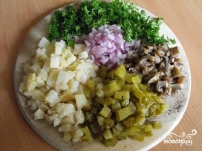 7. Все ингредиенты кладем в миску и заливаем заправкой, перемешиваем.
