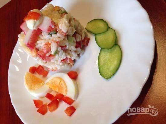 Салат можно переложить в большой салатник, а можно красиво подать каждому гостю отдельно. Приятного аппетита!