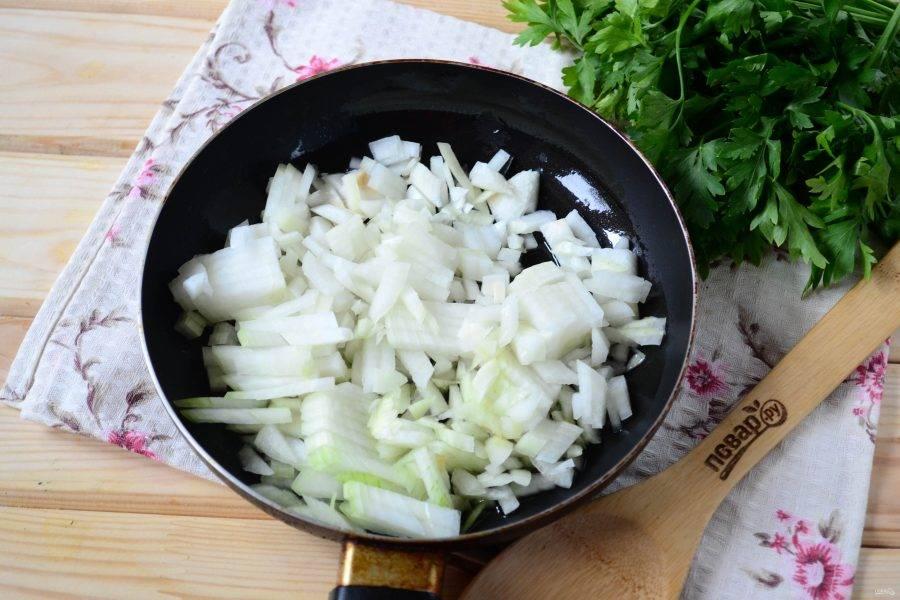 Теперь займемся маринадом. Луковицу порежьте мелким кубиком и обжарьте в растительном масле до прозрачности.