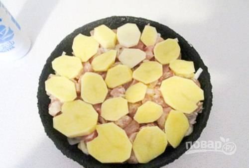 Затем сделайте слой из курицы, а в конце — немного картофеля. Всё посолите.