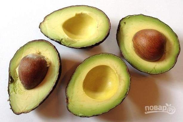 1. Первым делом вымойте авокадо и базилик, обсушите. Очистите чеснок. Из авокадо удалите косточки, нарежьте средними кусочками.