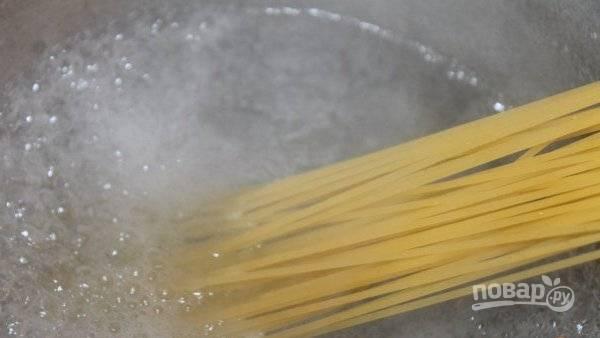 Спагетти отварите до готовности в подсоленной воде. Промойте их при помощи дуршлага.