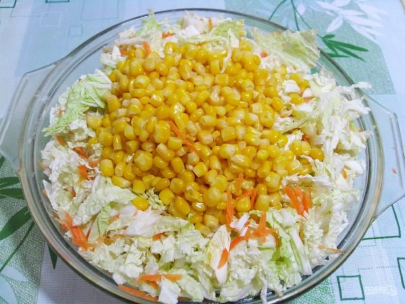 1. Этот салат готовится легко и очень быстро. Не нужно ничего варить или жарить: просто нашинкуйте пекинскую капусту и огурец. Кукурузу я добавляю консервированную.