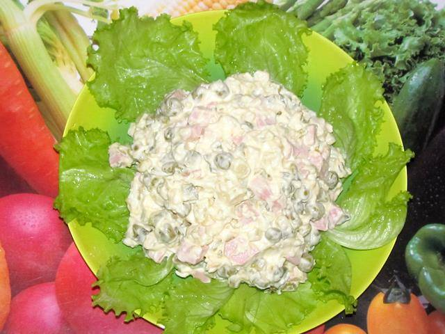 Можно отправить салат настояться в холодильник, а можно украсив листьями салата, сразу подавать на стол. Приятного аппетита!