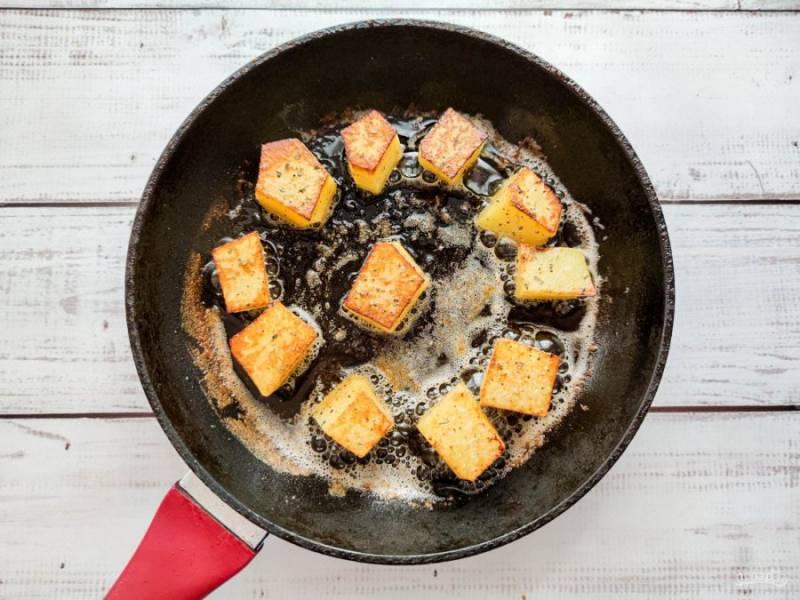 Выложите картофель в хорошо разогретую сковороду и жарьте около 5-7 минут до золотистой корочки.
