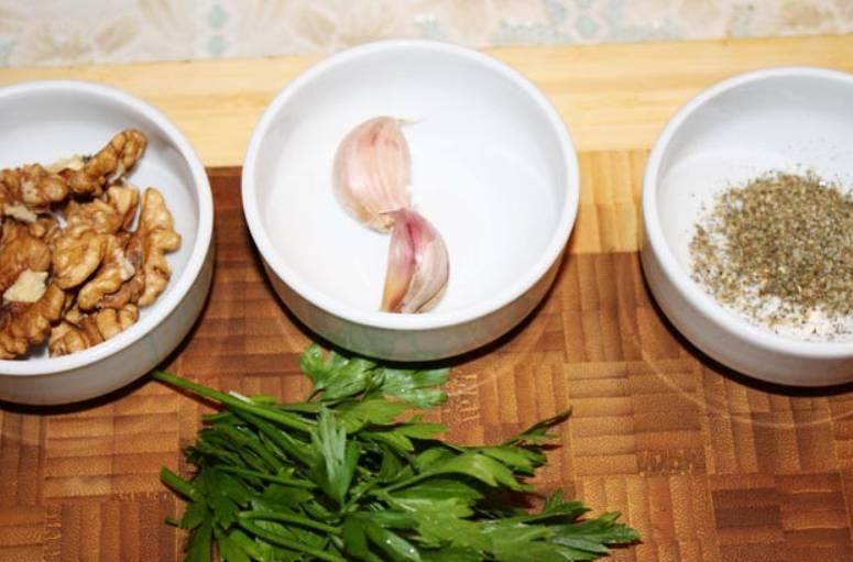 С помощью блендера измельчаем: орехи, чеснок, кинзу, базилик и петрушку. В полученную массу добавляем: молотую корицу и гвоздику соль, перец и гранатовый сок. Все перемешиваем до однородности.