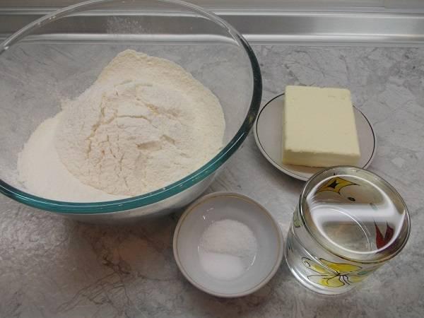 1. Набор используемых ингредиентов довольно простой, так что этот рецепт прекрасно подойдет для угощения внезапно нагрянувших гостей.