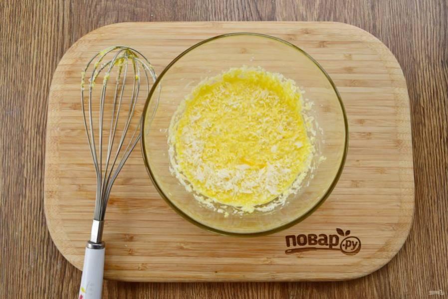 Желтки взбейте со сливками, солью, свежемолотым черным перцем и тертым на мелкой терке пармезаном.