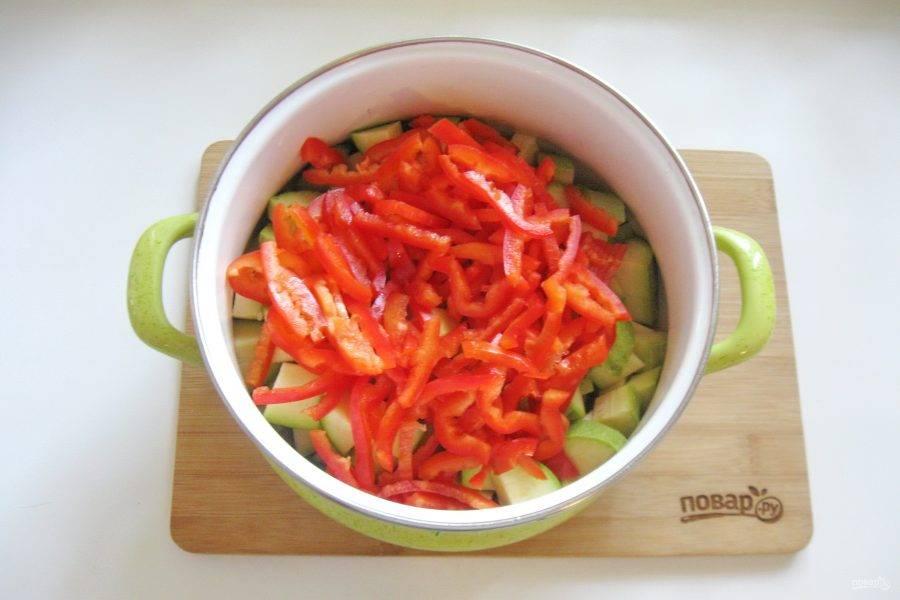 Болгарский перец помойте, очистите от семян и нарежьте произвольно. Я нарезала соломкой. Добавьте к нарезанным кабачкам.