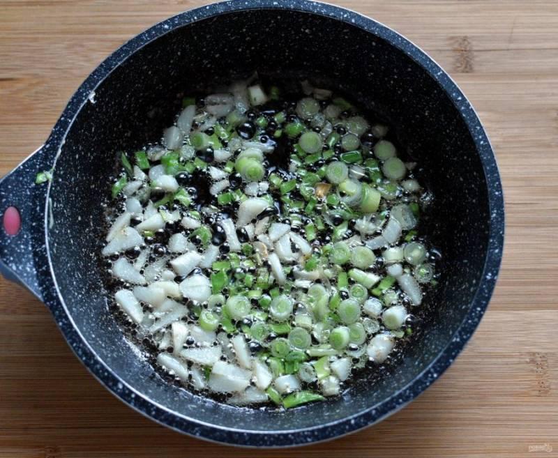 Разогрейте масло и слегка позолотите лук – репчатый и зеленый — а также чеснок.