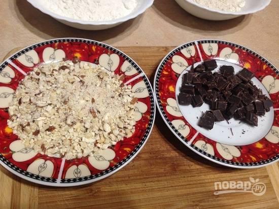 Измельчаем орехи, поломаем на маленькие кусочки шоколад.