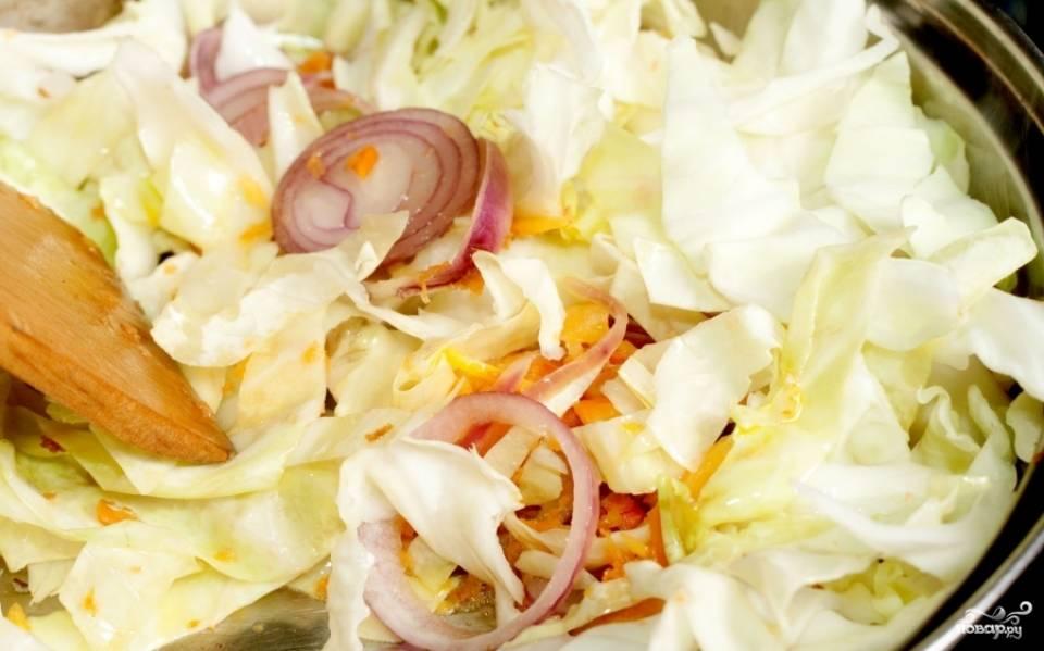 Нашинкуйте капусту и выложите к овощам.