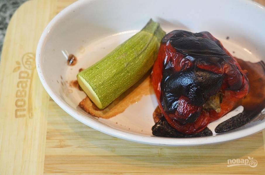 1. Перец и цукини запеките в духовке при 200 градусах. Перец должен почернеть. Положить перец в пакет на 10 минут, затем снять кожицу.