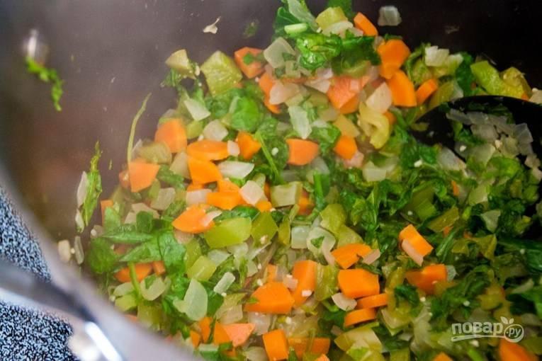 В казанке разогреваем масло и отправляем туда морковь, перец, лук и промытую петрушку или кинзу. Тушим все, пока овощи не станут мягче.