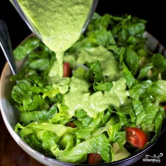 Заливаем салат нашим дрессингом.