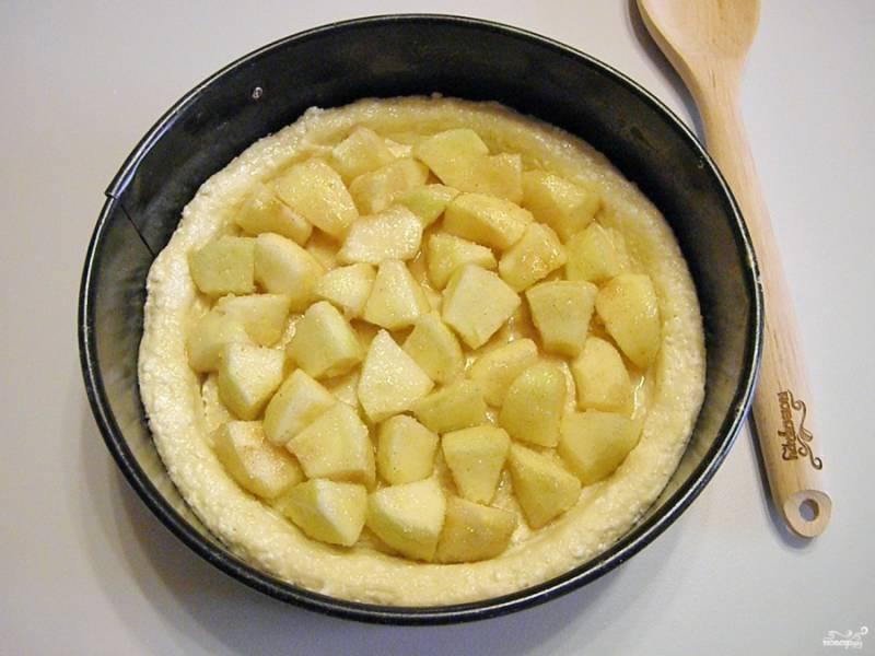 Выложите начинку. Отправьте пирог на 20-25 минут в горячую духовку запечься. Температура выпекания 180 градусов.