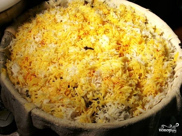 Верхним слоем должен быть рис. Шафран растираем ступкой и смешиваем с небольшим количеством воды. Этой смесью заливаем сверху наш рис - как видите, он приобретет желтый оттенок.