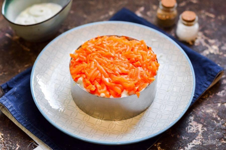 Морковь натрите на средней терке и выложите поверх белков.