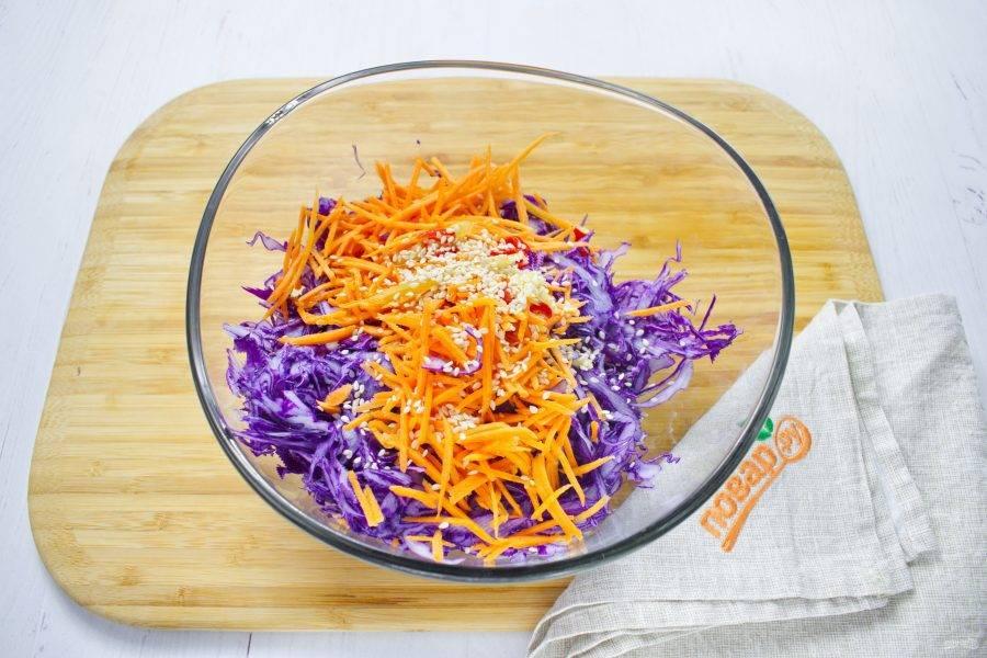 Для заправки смешайте соевый соус, рисовый уксус, кунжутное масло, сахар. Соедините овощи в миске, добавьте кунжут и заправку, перемешайте. По желанию добавьте свежую петрушку.