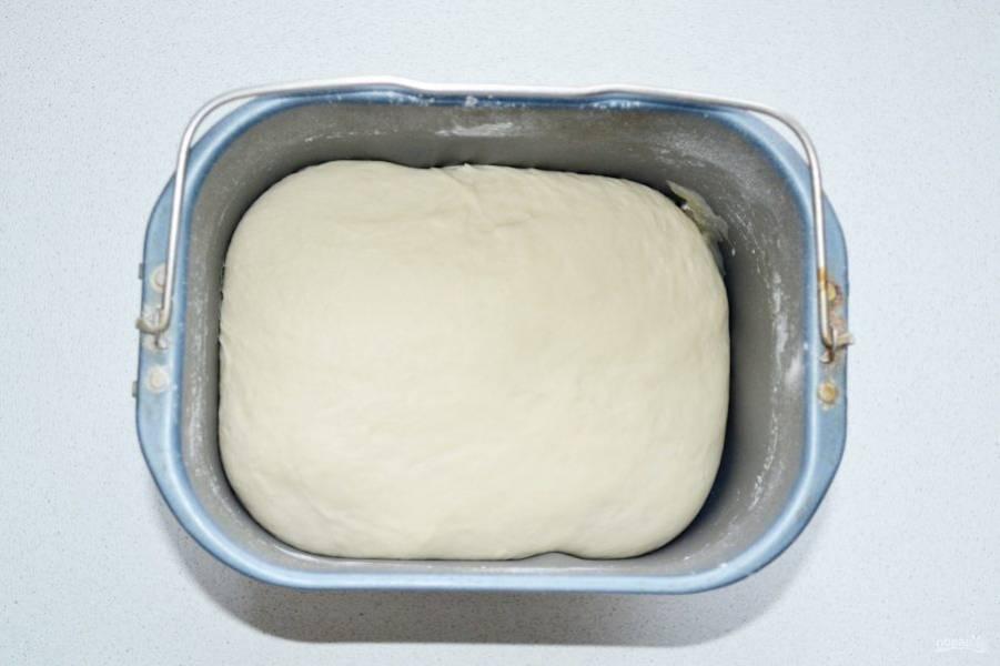 Когда тесто замесилось, оставьте его подходить примерно на часик.