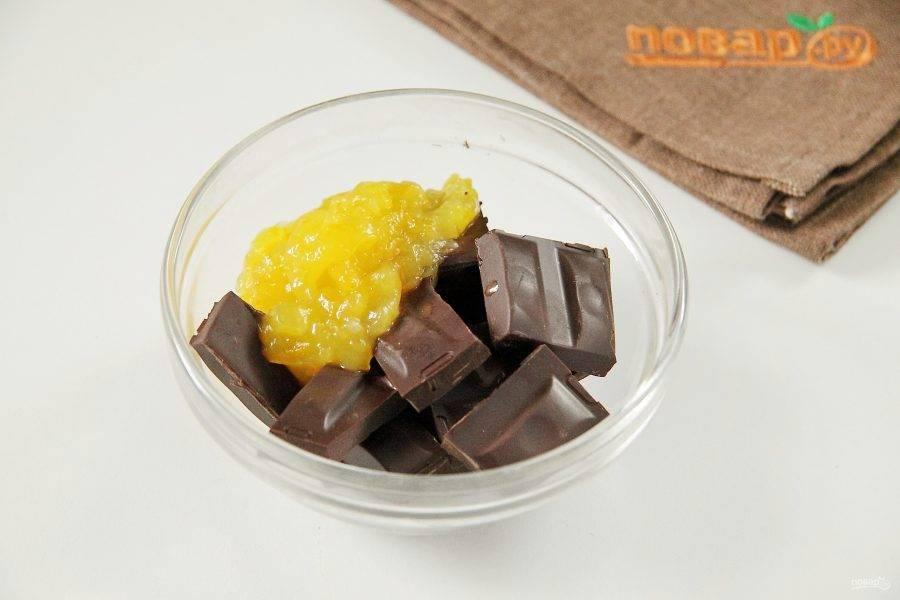 Украсить кекс можно на свой вкус. Я предлагаю приготовить ароматную шоколадную глазурь. Для этого поломайте шоколад на кусочки, добавьте 1 ст. л. апельсинового джема и примерно 0,5 ст. л. воды. Растопите в микроволновке или на водяной бане.