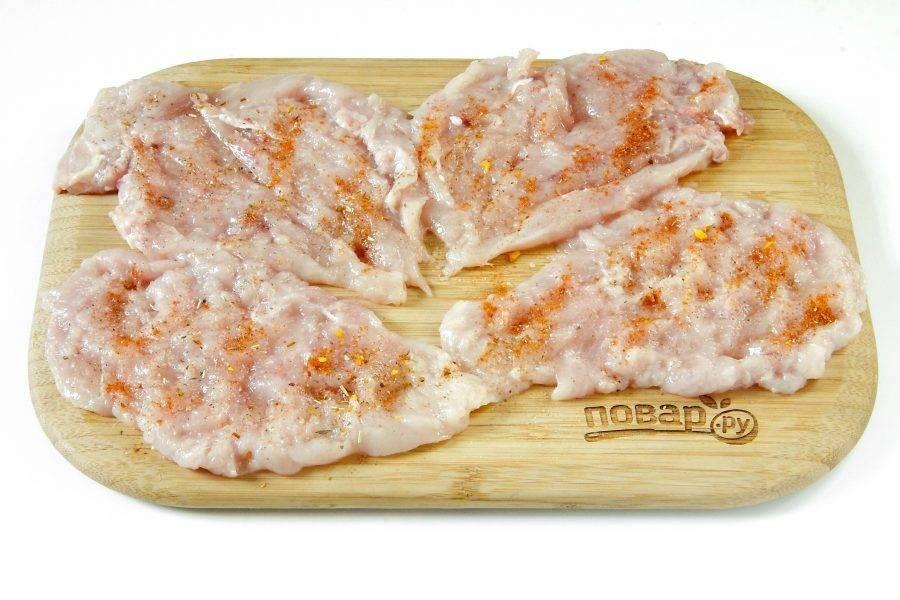 Каждое филе разрежьте вдоль волокон на две половины. Должно получиться 4 плоских куска. Отбейте кусочки кухонным молоточком с двух сторон. Посыпьте отбивные солью и специями по вкусу.
