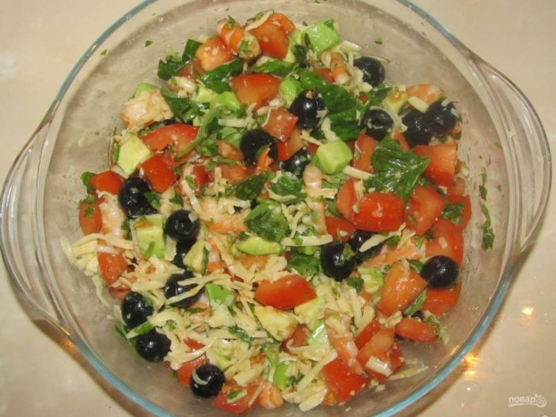 8.Перемешиваю и настаиваю 30 минут салат, затем подаю его к столу.