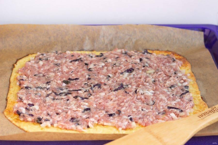 На готовый омлет выложите ровным слоем фарш.