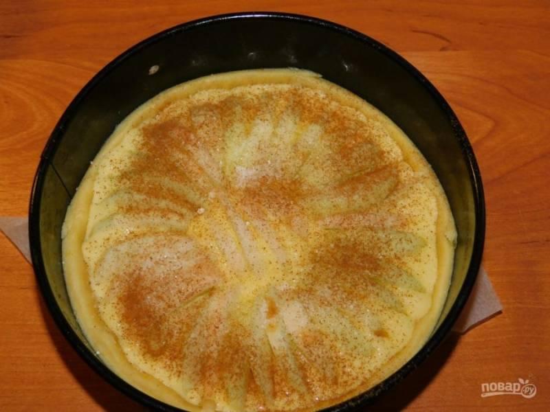 Начинку вылейте на тесто и разложите яблоки. Посыпьте сверху сахаром и корицей. Поставьте в духовку, разогретую до 180 градусов минут на 40-50. Готовый пирог остудите в форме, чтобы начинка застыла.