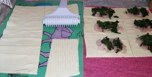 Тесто которым будете закрывать пирожки надрежьте фигурным ножом.