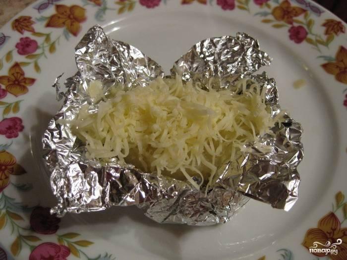 Посыпать сверху остатками тертого сыра.