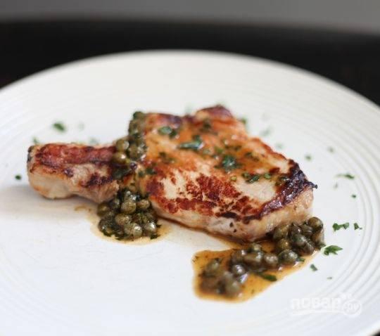 4.Выложите мясо в тарелку и полейте приготовленным соусом. Приятного аппетита!